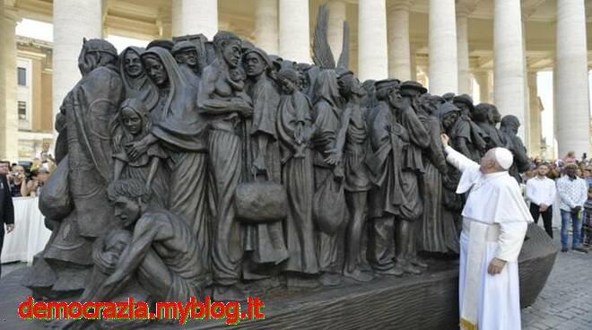 papa-statua-migranti-114041.660x368
