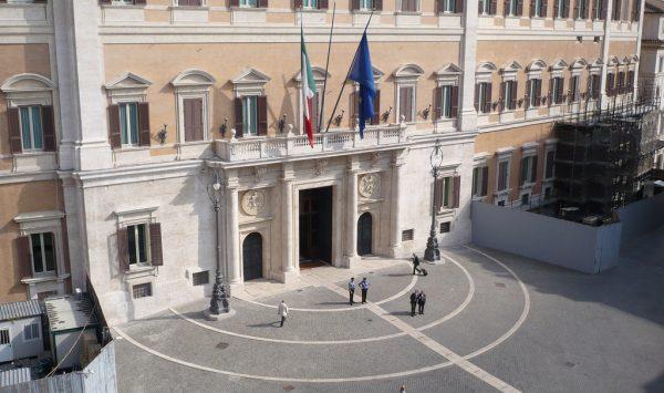 comedonchisciotte-org-informazione-alternativa-palazzo-montecitorio-menorah